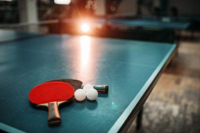 Tischtennisschläger auf einer Tischtennisplatte