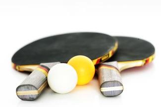 Zwei Tischtennisschläger mit Bällen