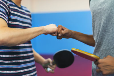 Tischtennisspieler mit tt schlägern nach einem Spiel