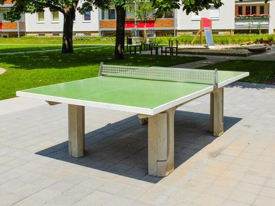 Tischtennisplatte auf Spielplatz in modernisierter Neubausiedlung