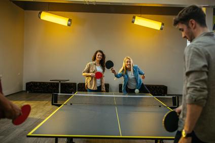 Jugendliche spielen Tischtennis in einem perfekten Tischtennisraum